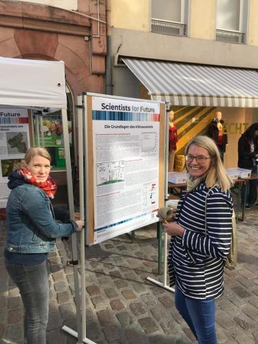 Prof. Dr. Sandra Nitz & Dr. Eva Cauet beim Aufbauen des Infostands